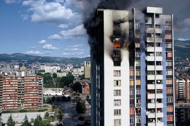Zgrada na Trgu heroja u plamenu